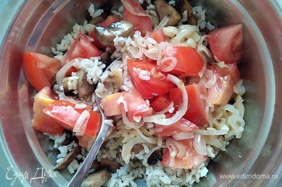 Добавить лук с помидорами. Перемешать. Заправить маслом и уксусом, посолить и поперчить по вкусу. Я добавила свежемолотый черный перец.
