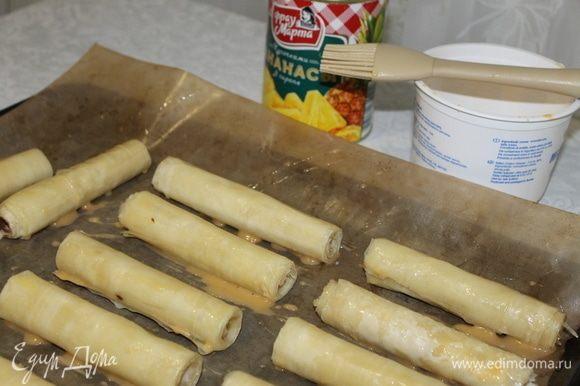 Разложите трубочки на противень, смажьте разболтанным яйцом и отправьте в духовку выпекаться, предварительно нагрев ее до 160°C и включив конвекцию.