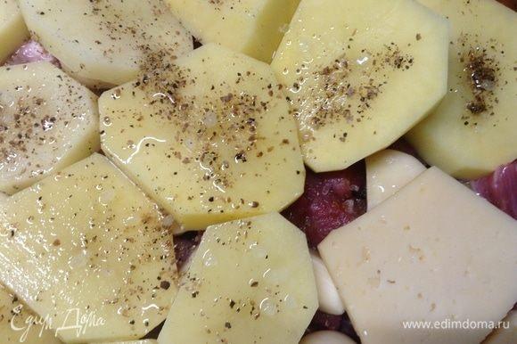 А вот на картошку — соли крупного помола по 2–3 кристаллика на кусочек картошки, смеси ароматной перца-кориандра и чуть маслица ароматного растительного подлить, совсем чуть-чуть на каждый кусочек картошки по нескольку капель. Сыр не трогаем.