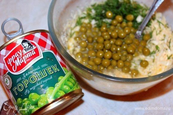 Яйца, натертый сыр, зелень и поджарку перемешать. Добавить половину банки зеленого горошка ТМ «Фрау Марта», перемешать, посолить.
