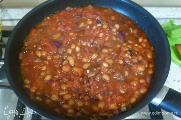 Добавить паприку, уксус и дать ему выпариться. С фасоли ТМ «Фрау Марта» слить жидкость и переложить фасоль в сковороду. Добавить томаты, вустерский соус, несколько капель табаско. При необходимости приправить солью и перцем по вкусу. Накрыть сковороду крышкой, убавить огонь и томить 30 минут.