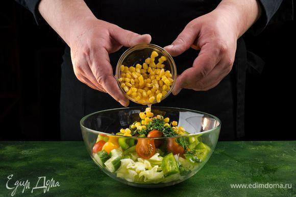Выложите овощи в чашу, добавьте кукурузу.