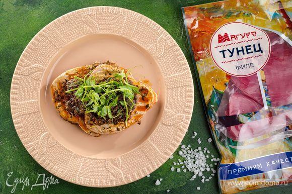 Подавайте стейки, полив оставшимся соусом. В качестве гарнира подойдет салат из свежих овощей. Приятного аппетита!