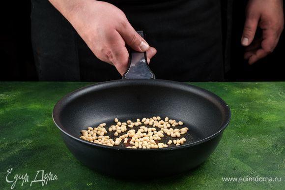 Кедровые орешки обжарьте на сковороде до золотистого цвета.