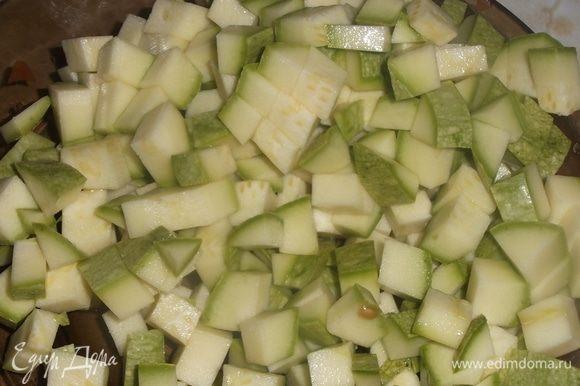 Нарезать кабачок, чеснок, укроп и острый перец. Отправить в кастрюлю с супом.