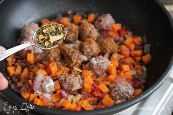 Обжарьте на растительном масле лук и чеснок до прозрачности. Добавьте нарезанную морковь, подготовленные тефтели и специи.