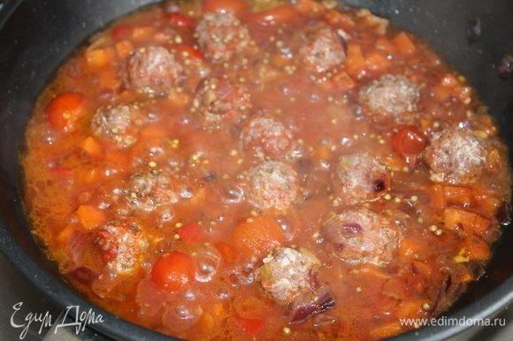 Под крышкой, не допуская бурного кипения, тушите соус до готовности мясных тефтелей.