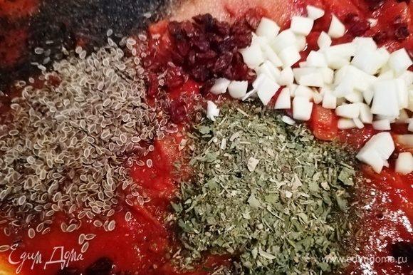 Перемешиваем, добавляем специи по вкусу и барабарис. Еще раз перемешиваем. Добавляем рубленный чеснок.