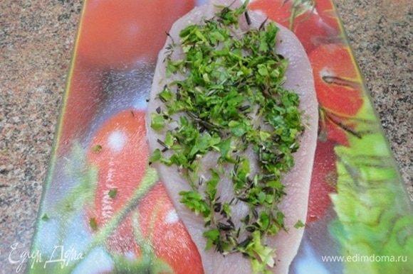 На каждую грудку выложите 1 ст. ложку смеси зелени петрушки, тимьяна и розмарина.