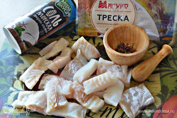 В ступке измельчить смесь перцев вместе с розмарином, добавить соль и перемешать. Этой смесью натереть филе рыбы и сбрызнуть лимонным соком.