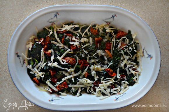 Форму для запекания смазать оливковым маслом, выложить шпинатную смесь и посыпать половиной тертого пармезана.