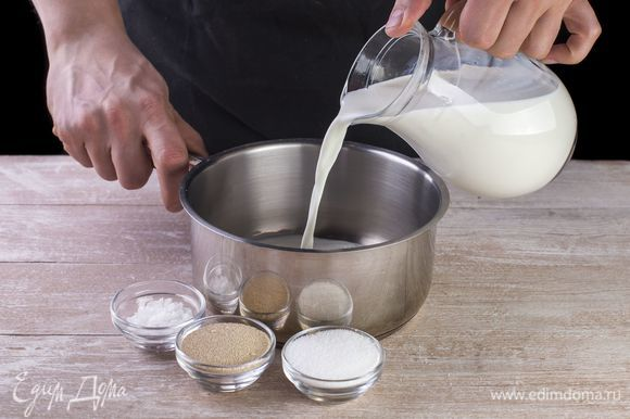 Слегка подогрейте молоко, добавьте сахар, соль и дрожжи, хорошо размешайте. Поставьте смесь в теплое место на 15 минут.