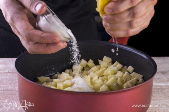 Растопите в сковороде сливочное масло, выложите яблоки, засыпьте сахаром, добавьте сок лимона.