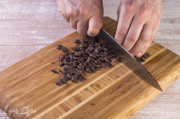 Порубите небольшими кусочками шоколад, добавьте в тесто.