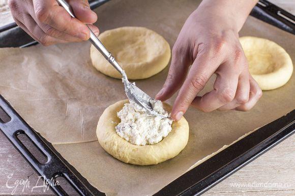 Заполните углубление творожной начинкой, разровняйте сверху лопаткой.