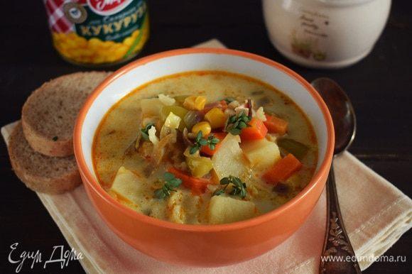 Суп приправить по вкусу солью и перцем. За пару минут до окончания варки влить сливки. Дать супу немного постоять, при подаче можно посыпать зеленью. Приятного аппетита!