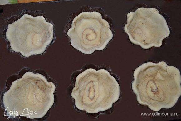 Берем формочку для кексов, смазываем растительным маслом и выкладываем наши рулетики.
