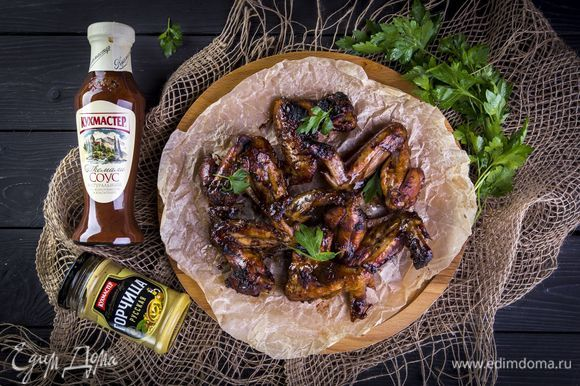 Пожарьте куриные крылышки на мангале. Приятного аппетита!