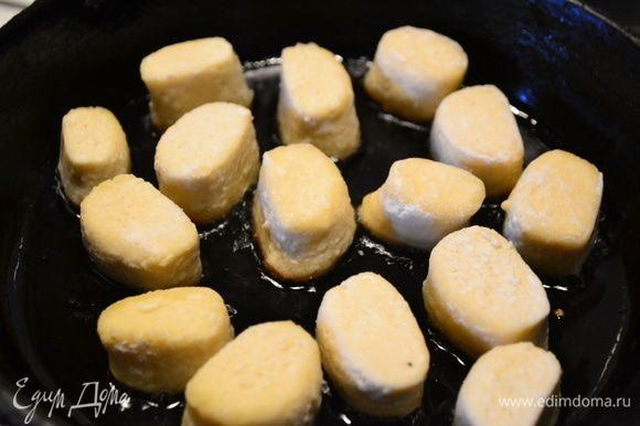 Любители жареных пельменей или вареников, не отчаивайтесь. Берем сковороду, наливаем масло и обжариваем вареники со всех сторон до золотистого цвета.
