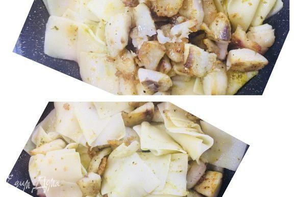 В ту же сковороду перекладываем нашу рыбу и также все хорошо перемешиваем. Легко и быстро — блюдо готово!