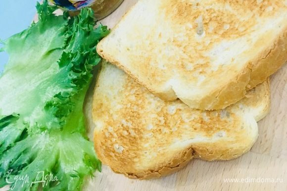Хлеб готовлю в тостере, но можно на сухой сковороде или в мультипекаре, для одного бутерброда понадобится 2 куска.