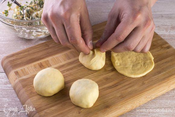 Соедините два конца пирожка, чтобы он получился круглым.