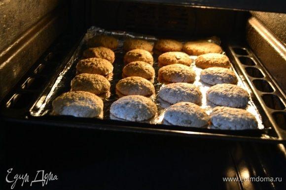 Отправить в разогретую духовку при 180°C на 10–12 мин. Учитывайте, что когда вы достанете печенье, оно еще доходит само. Не пересушивайте печенье!