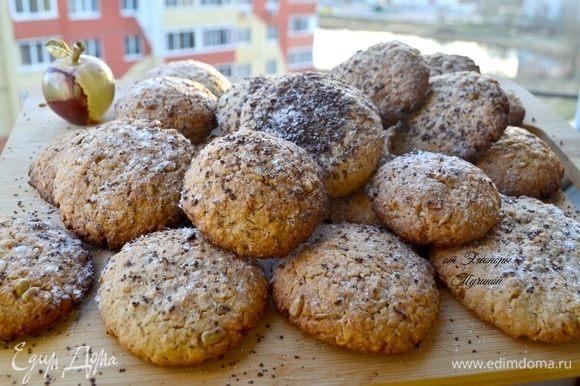 Готовое, еще горячее печенье посыпать шоколадной стружкой. Когда остынет, посыпьте сахарной пудрой.
