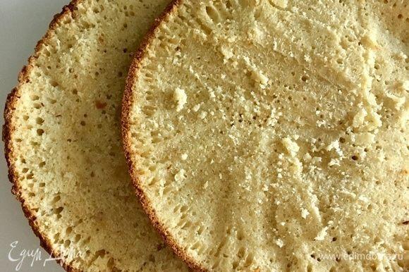 Готовый бисквит остудить и разрезать вдоль на два коржа. Вот такой получился у меня дырчатый, приятный бисквит.