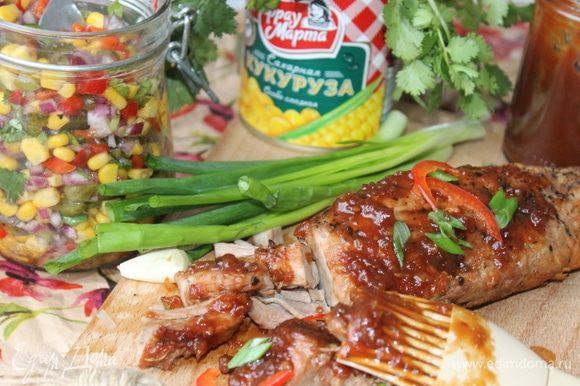 Мясо разделите по волокнам, густо смажьте соусом и подавайте с салатом из кукурузы.