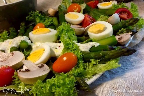 Полить салат йогуртовым соусом. Можно использовать любимую зелень или шнитт-лук. Посыпать кедровыми орешками (я забыла;).