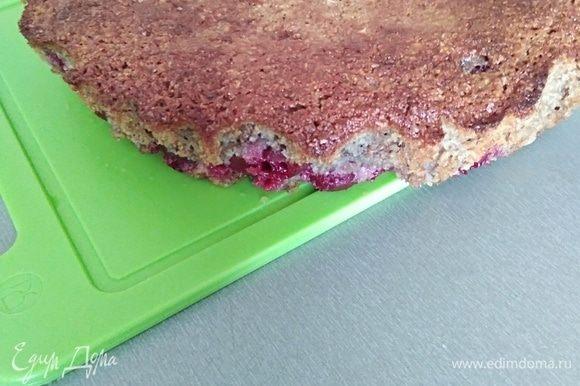 Готовый пирог остудить, освободить от бумаги.