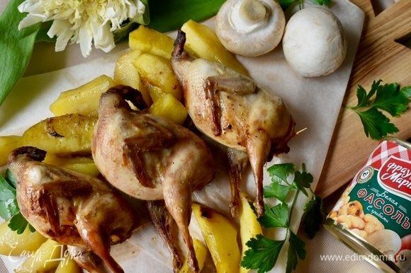 Блюдо готово! Подавать тут же, пока птички и картошечка горячие. С пылу с жару, румяные и загорелые. А пахнут!.. Ароматы аппетитнейшие!