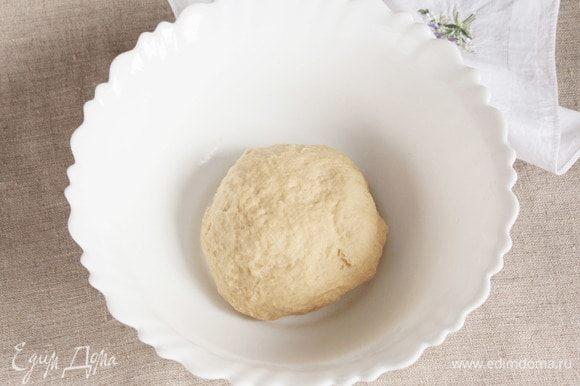В полученную крошку добавить жидкую смесь из соуса, масла и уксуса. Замесить гладкое, нежное, эластичное тесто, не липнущее к рукам. При необходимости добавить холодной воды, количество которой индивидуально из-за свойств муки. Готовому тесту дать отдохнуть минут 20–30, завернув его в пищевую пленку или пакетик.