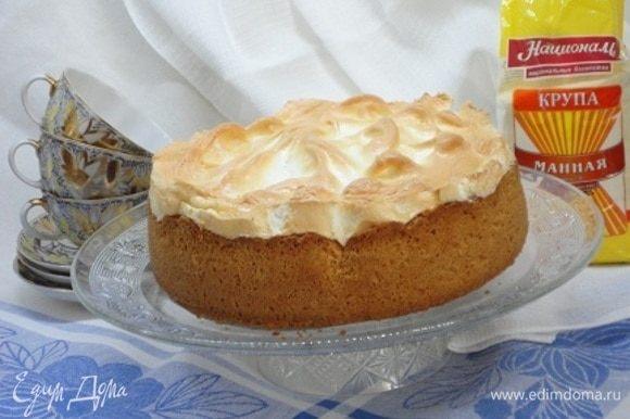 Белки взбить с сахарной пудрой в крепкую пену. Нанести белковый слой на пирог и запекать еще 10 минут. Духовку выключить и пирог оставить в духовке еще на 10–15 минут.