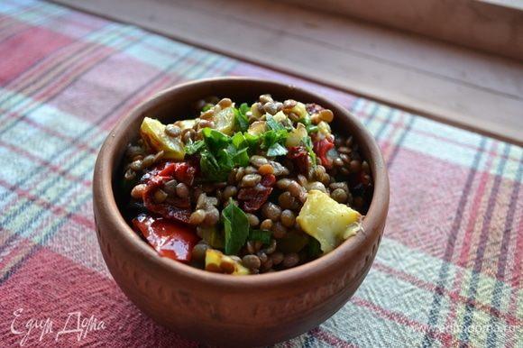 Оставляем немного настояться, минуты 3. Больше не получится :) И наслаждаемся вкусным и свежим салатом. Я предлагаю еще украсить его мятой. Это очень приятное дополнение. Приятного аппетита! :)