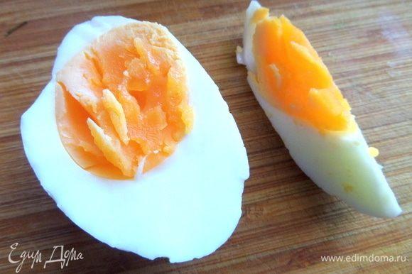 Отварить яйца крупные, варила 5 минут. На самом деле хватит одного.