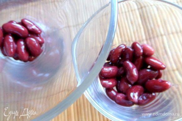Итак, сборка: на дно прозрачной посуды насыпать по 1–2 ложке фасоли.