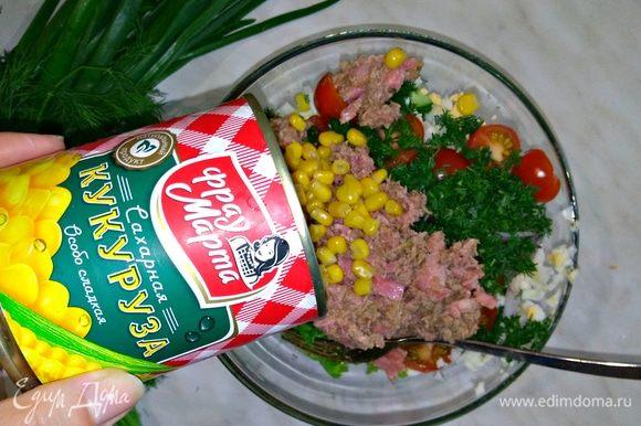 Открываем консервированную банку кукурузы ТМ «Фрау Марта», сливаем жидкость и выкладываем кукурузу в салат. Оставляем пару ложек кукурузы для украшения.