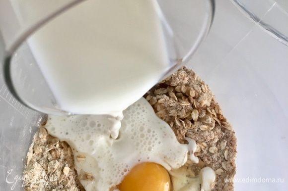 Затем молоко. Обязательно теплое! Перемешиваем сухие ингредиенты с жидкими ложкой или лопаточкой.