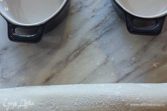 Достаем тесто из холодильника. Раскатаем толщиной 2–3 мм. Приготовим формы.