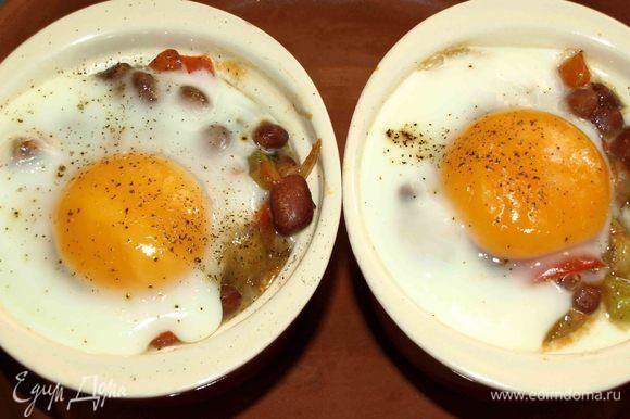 Отправляем в заранее разогретую до 180ºС духовку. Запекаем 5–10 минут (до желаемой готовности яйца).
