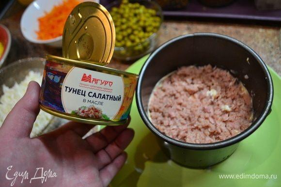 Начинаем выкладывать салат слоями. Первым слоем выложите отварной рис, хорошо смажьте майонезом. Вторым слоем будут располагаться огурцы. Третьим слоем идет опять рис и майонез. Четвертым слоем идет тунец ТМ «Магуро». Пятый слой — белок яйца. Шестой — морковь. Седьмой слой — сыр. Восьмой — желток. Сверху украсим креветками. Снизу — зеленью и горошком.
