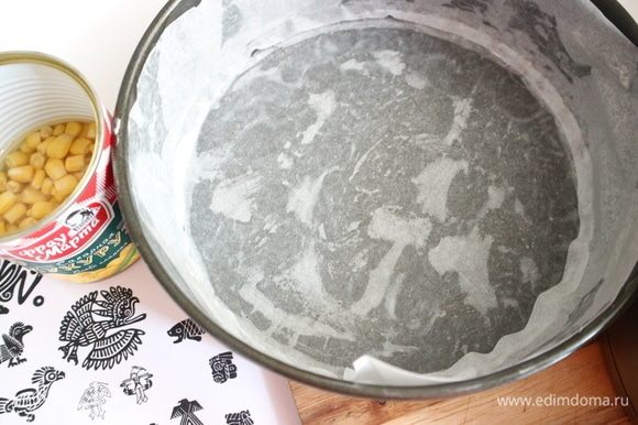 Смазать форму (здесь форма диаметром 21 см) сливочным маслом, застелить бумагой для выпечки.