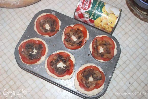 Открываем консервированные шампиньоны ТМ «Фрау Марта», выкладываем по кругу на помидоры.