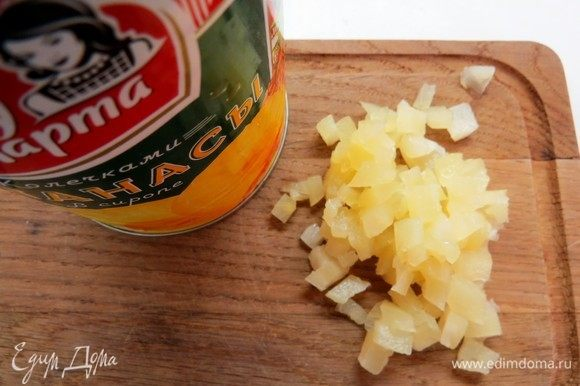 Нарезаем ананасы ТМ «Фрау Марта» мелкими кубиками. Желатин замачиваем в воде в соотношении 1:6 (1 г желатина на 6 г воды) и оставляем до набухания.