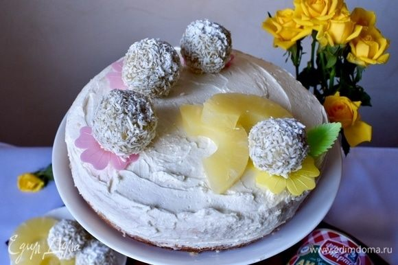 Ну, собственно, и тортик готов. Постоял в холодильнике пару часов и можно подавать, украсив предварительно кокосовыми шариками, вафельными яркими лепесточками и колечками ананаса от ТМ «Фрау Марта». Все основные составляющие торта налицо. А лицо у десерта, по-моему, получилось солнечное и яркое, немного игривое и озорное, как майский денек за окном.