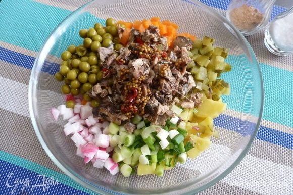Полить салат приготовленной заправкой и аккуратно перемешать.