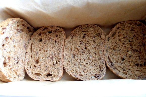 Форму «кирпичик» застелить пергаментом (так лучше вынимать), смазать и сделать дно из хлеба, у меня темненький с кунжутом, семенем льна и подсолнечника. Если ваша форма позволяет, то можно и по длине бортики заставить хлебом.