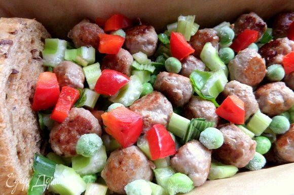Далее слой фрикаделек и остальные овощи.